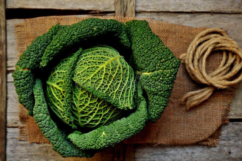 Verduras orgánicas: col verde en un tablero de madera fotografía de archivo libre de regalías