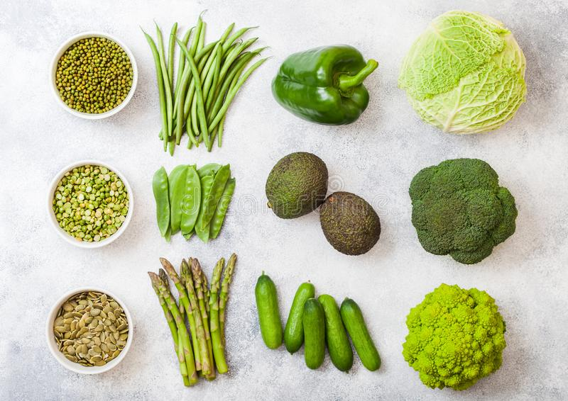 Verduras orgánicas crudas entonadas verdes clasificadas en el fondo blanco Aguacate, col, bróculi, coliflor y pepino con arreglad imagenes de archivo