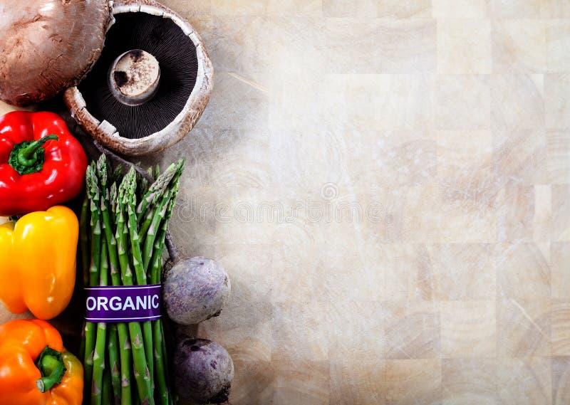 Verduras orgánicas en fondo de la tabla de cortar fotografía de archivo libre de regalías