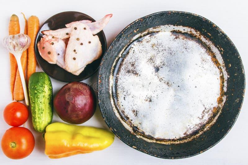 Verduras orgánicas frescas con la carne del pollo para preparar un plato sano rústico Sartén de aluminio vacío para el espacio de imágenes de archivo libres de regalías