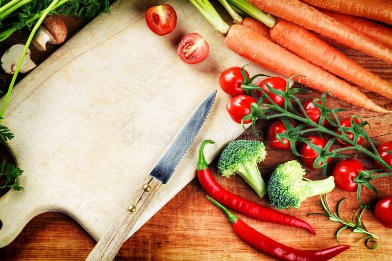 Verduras orgánicas frescas en cocinar el ajuste Consumición sana concentrada foto de archivo libre de regalías