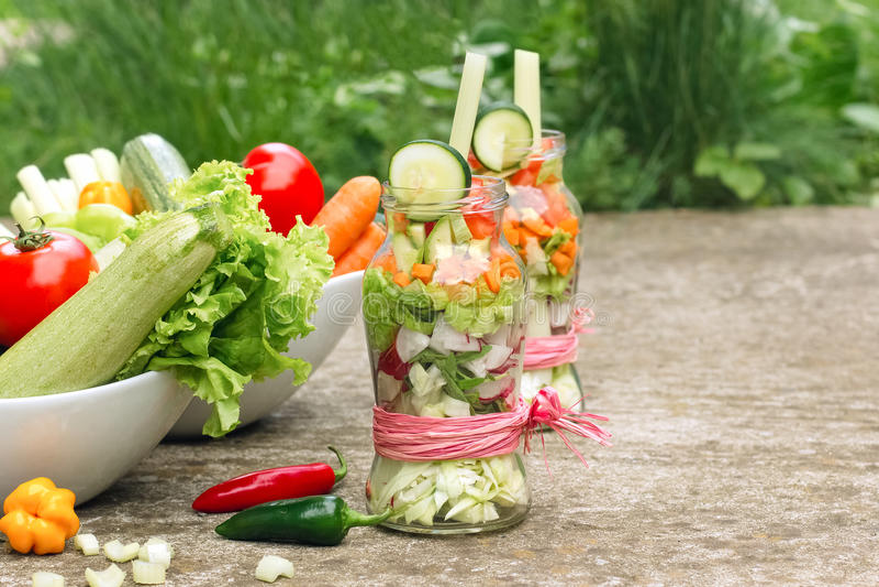 Verduras orgánicas frescas en el tarro - dieta sana, antioxidantes fuertes fotografía de archivo libre de regalías