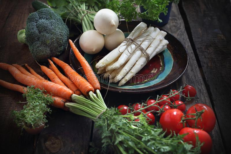 Verduras org?nicas derecho del jard?n, zanahorias, r?bano, br?culi, esp?rrago, tomates imagenes de archivo