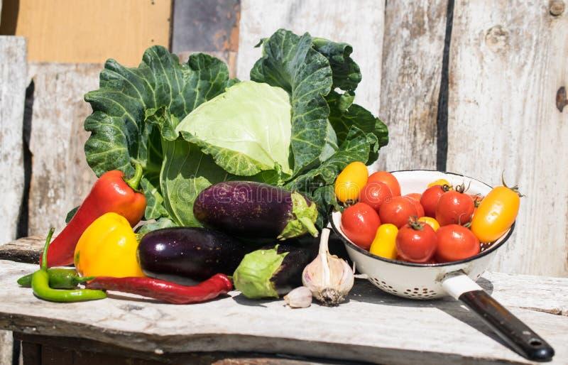 Verduras org?nicas frescas y sanas en un fondo r?stico foto de archivo