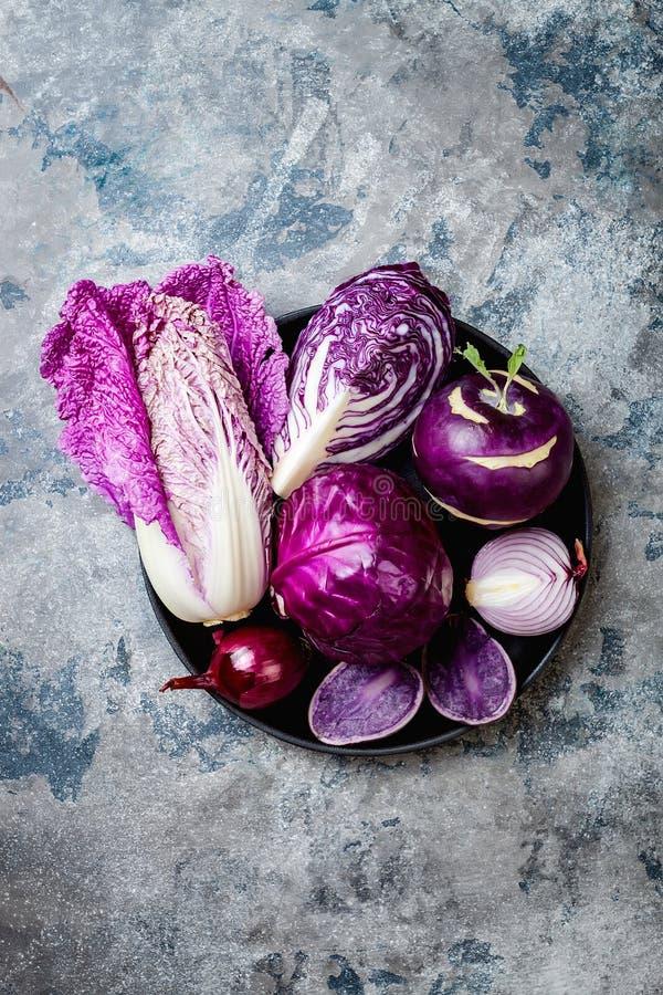 Verduras púrpuras del otoño estacional del invierno sobre la tabla de piedra gris Vegano basado planta o concepto de cocinar vege foto de archivo