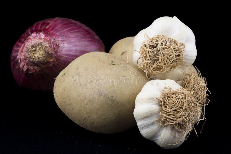 Verduras Patatas, ajos y cebolla imágenes de archivo libres de regalías
