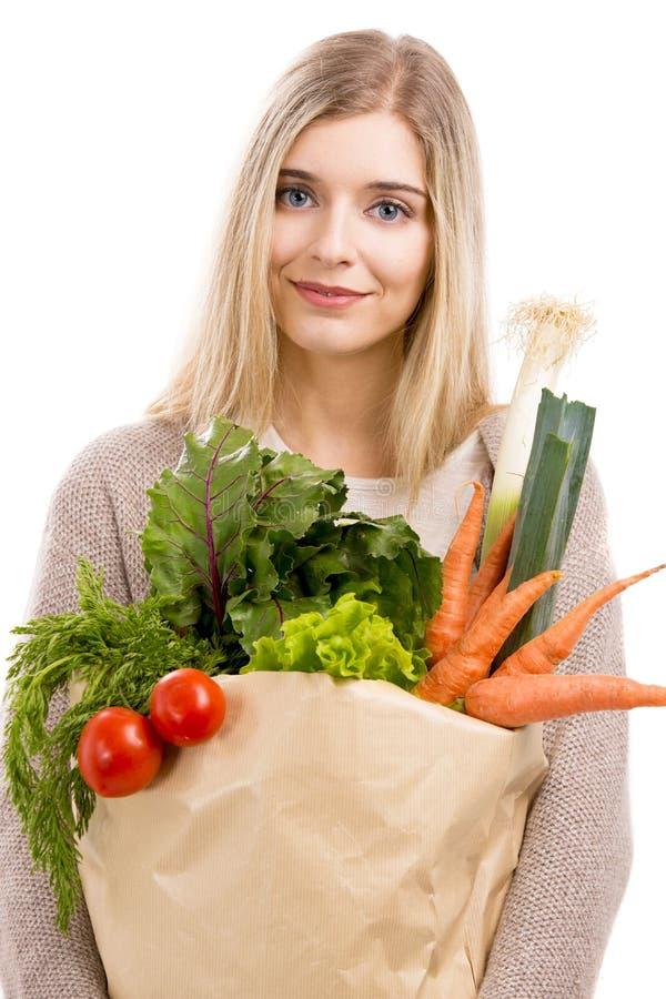 Verduras que llevan de la mujer hermosa imagenes de archivo