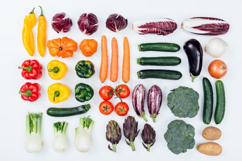 Verduras sabrosas frescas en el fondo blanco fotografía de archivo