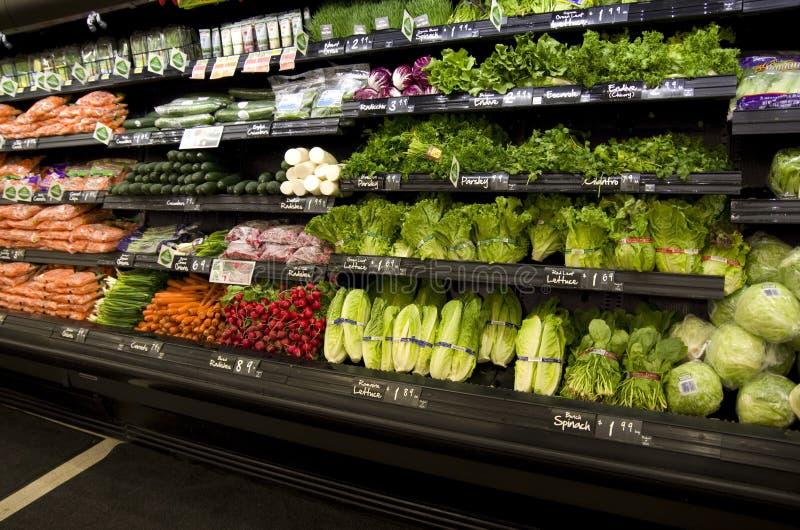 Verduras sanas en estantes de una tienda imagen de archivo libre de regalías