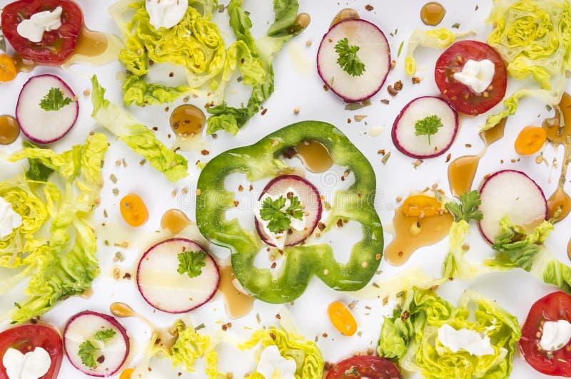 Verduras tajadas coloridas con las especias imagen de archivo