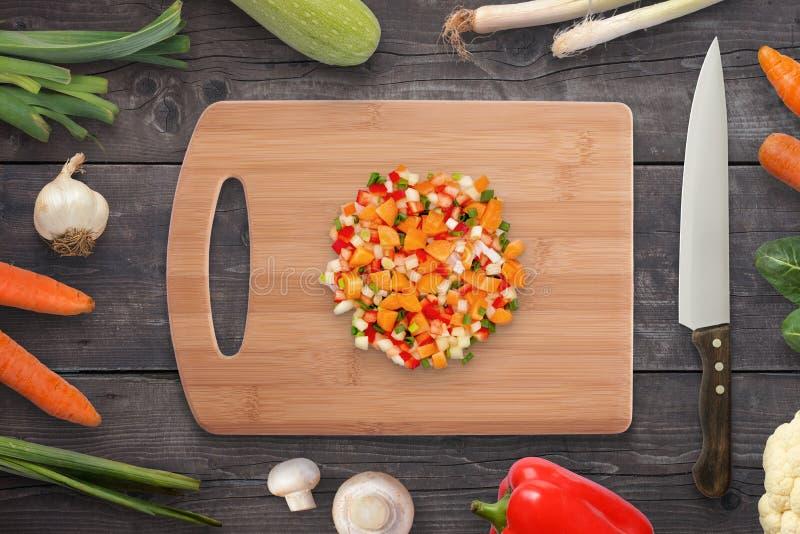 Verduras tajadas en tabla de cortar Cebolla, setas, zanahoria, pimienta por otra parte foto de archivo