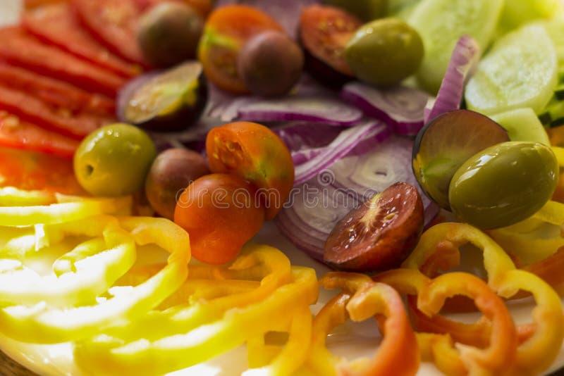 Verduras: tomates, cebollas, aceitunas, pepinos, pimientas imagen de archivo libre de regalías