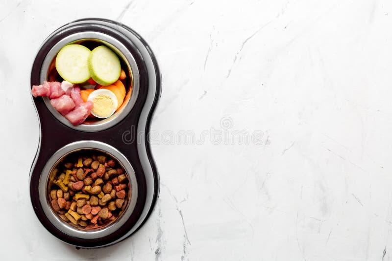 Verduras y alimento para animales domésticos en mofa de la opinión superior del fondo de la tabla de cocina para arriba imagen de archivo libre de regalías