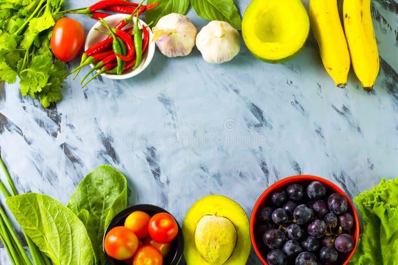 Verduras y frutas de diversos colores imagen de archivo