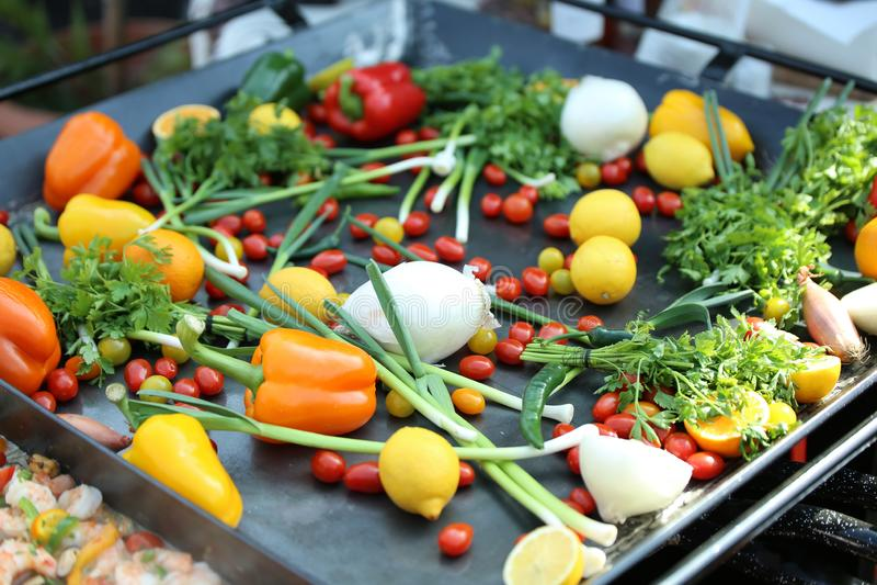Verduras y frutas en la placa imagen de archivo