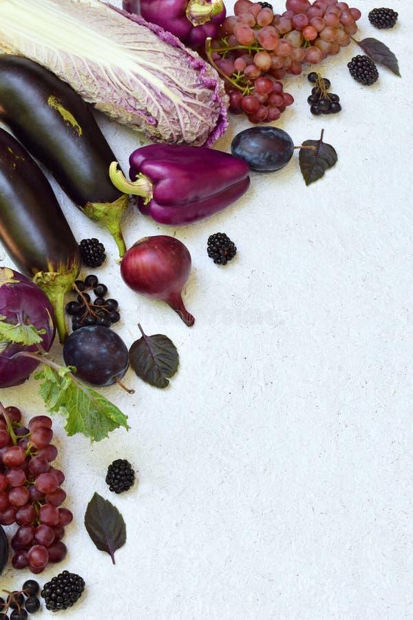 Verduras y frutas púrpuras Ciruelo, berenjena, pimienta, arándanos, sorba Comidas orgánicas violetas altas en los antioxidantes,  foto de archivo