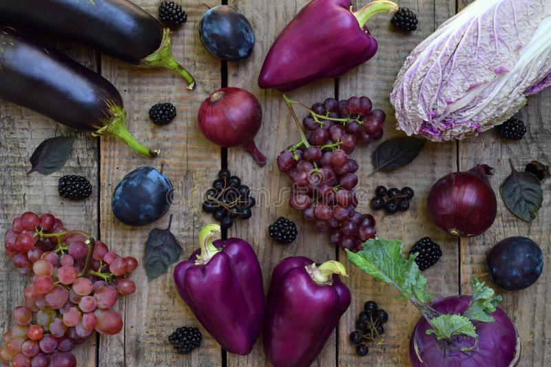 Verduras y frutas púrpuras Ciruelo, berenjena, pimienta, arándanos, sorba Comidas orgánicas violetas altas en los antioxidantes,  fotos de archivo libres de regalías