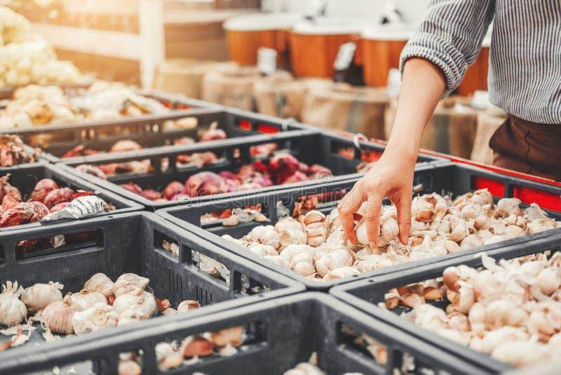 Verduras y frutas sanas de la comida de las mujeres que hacen compras asiáticas en supermercado imagenes de archivo