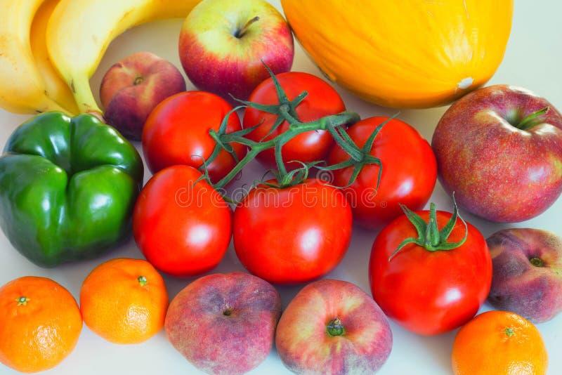 Verduras y frutas sanas y jugosas en la tabla del kithen, un ingrediente excelente en un lor del mea del vegetariano un acompañam foto de archivo