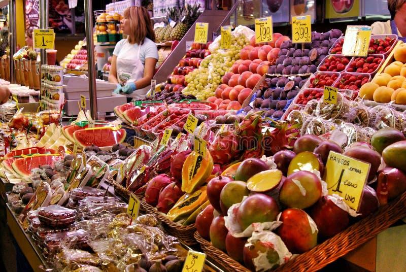 Verduras y frutas tropicales en el mercado central en Barcelona fotos de archivo