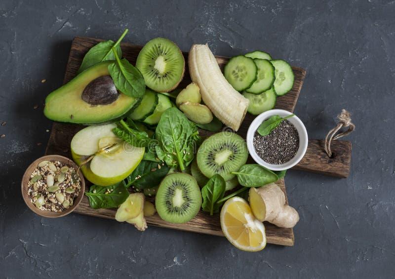 Verduras y frutas verdes del Detox en un tablero de madera Concepto de un sano, comida de la dieta Ingredientes del Smoothie imagen de archivo