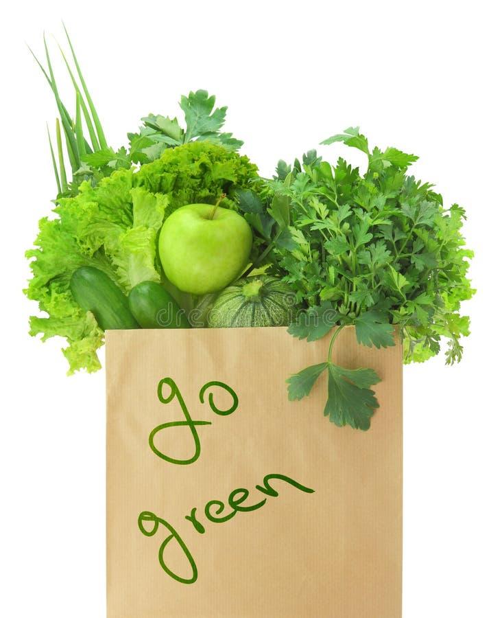 Verduras y frutas verdes frescas en una bolsa de papel fotos de archivo libres de regalías