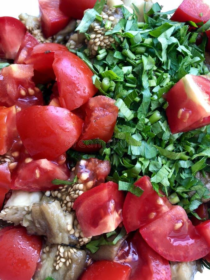 Verdure affettate: melanzane al forno, pomodori freschi, prezzemolo fotografia stock libera da diritti