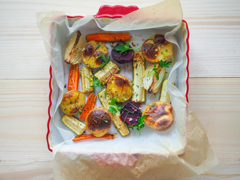 Verdure al forno deliziose su pergamena immagine stock
