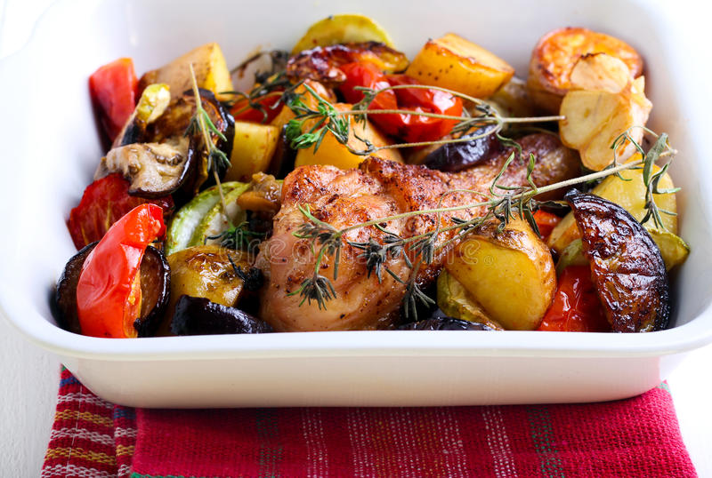 Verdure al forno e bacchetta di pollo fotografia stock libera da diritti