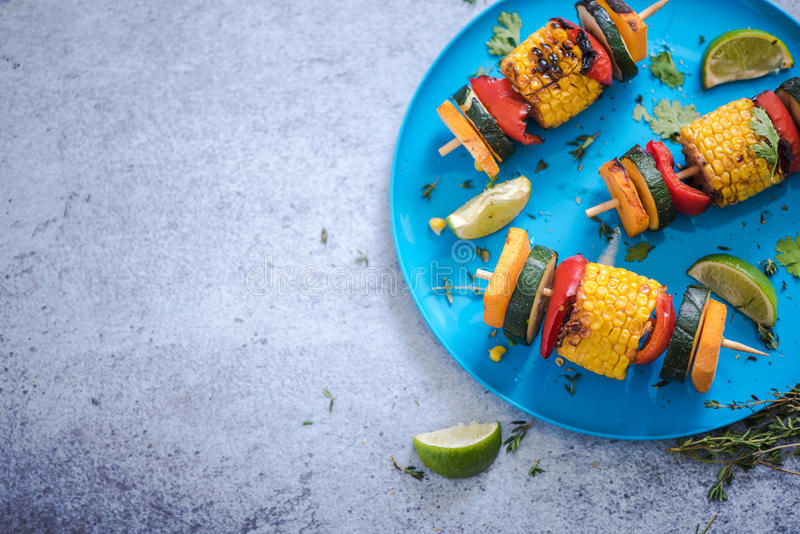 verdure arrostite col barbecue sane vibranti alimento, fondo del confine fotografie stock libere da diritti