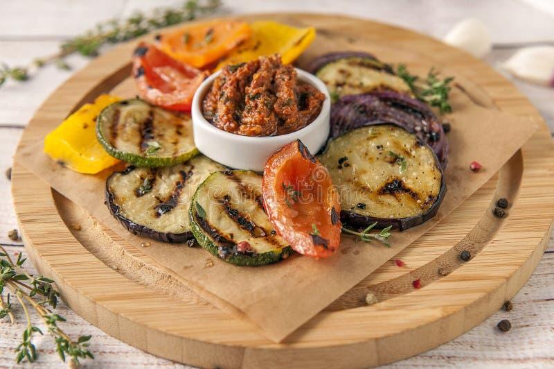 Verdure arrostite con i verdi piccanti freschi e la salsa di pesto immagine stock