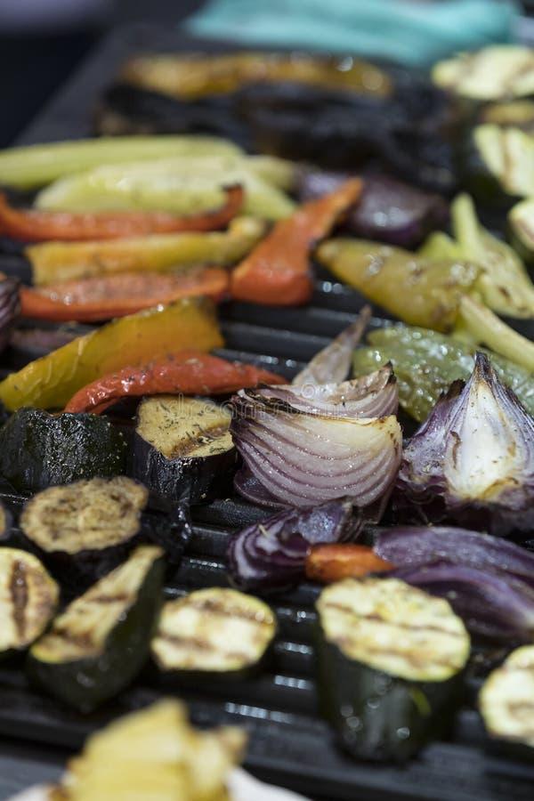 Verdure arrostite cucinate sulla griglia immagini stock