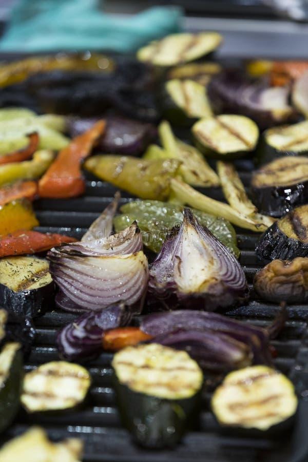 Verdure arrostite cucinate sulla griglia immagine stock