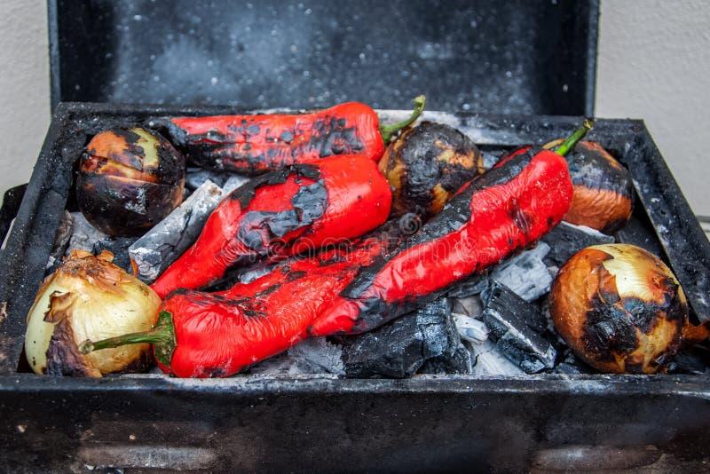 Verdure arrostite fresche su carbone peperoni e cipolla che arrostiscono sopra una griglia del carbone fotografie stock
