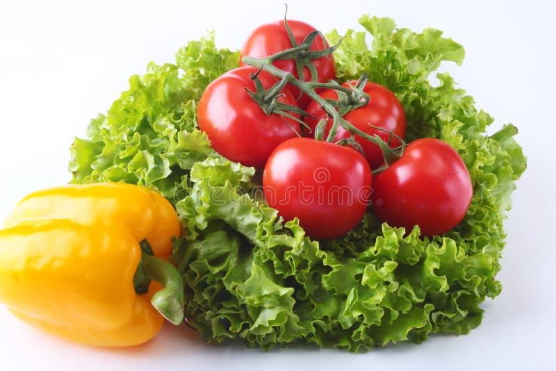 Verdure assortite fresche peperone dolce, pomodoro, aglio con la lattuga di foglia Isolato su priorità bassa bianca Fuoco seletti fotografie stock libere da diritti
