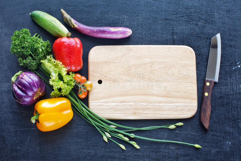 Verdure, bordo e coltello freschi dell'azienda agricola immagini stock