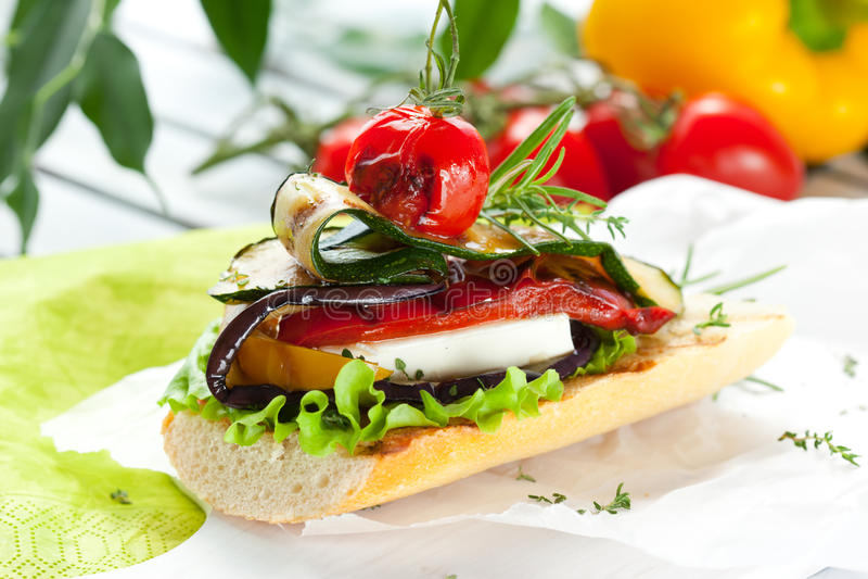 Verdure cotte su pane tostato fotografia stock libera da diritti