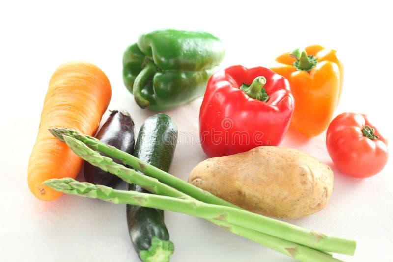 Verdure crude fresche con asparago, carota, peperoncino rosso, patate, per esempio fotografia stock libera da diritti