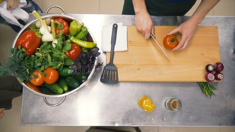 Verdure crude fresche della molla clip Fondo del vegetariano dell'alimento I pomodori, cetriolo, ravanelli, lattuga lascia in met fotografia stock