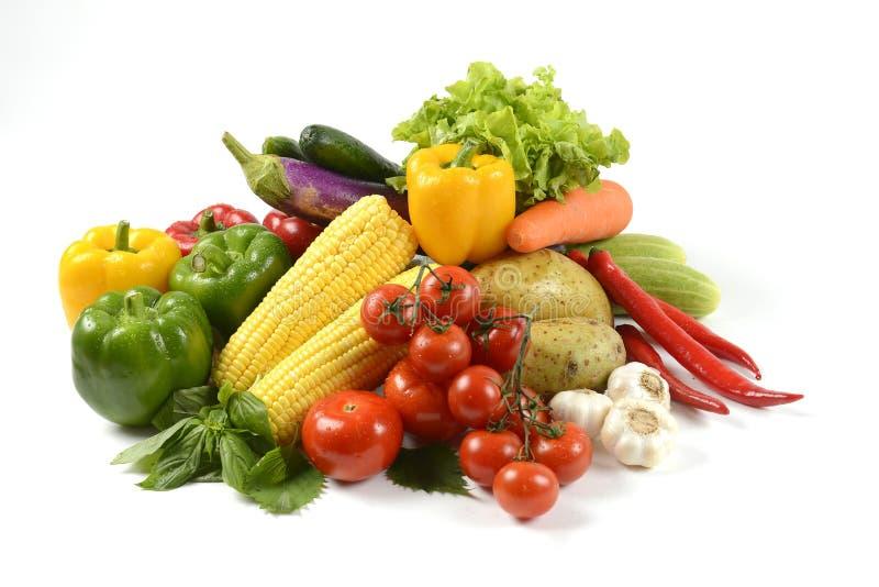 Verdure crude fresche per sano isolate su fondo bianco essere a dieta pulito di cibo e concetto sano dell'alimento biologico fotografia stock libera da diritti
