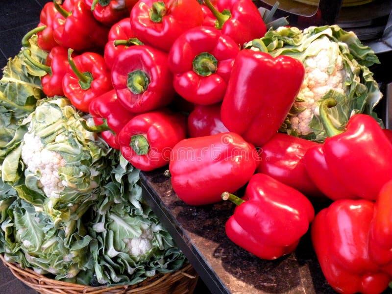 Verdure da vendere - peperoni e cavolfiore verde immagini stock libere da diritti