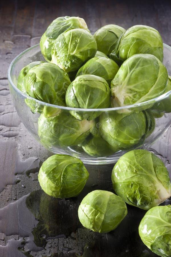 Verdure dei cavoletti di Bruxelles della ciotola immagine stock