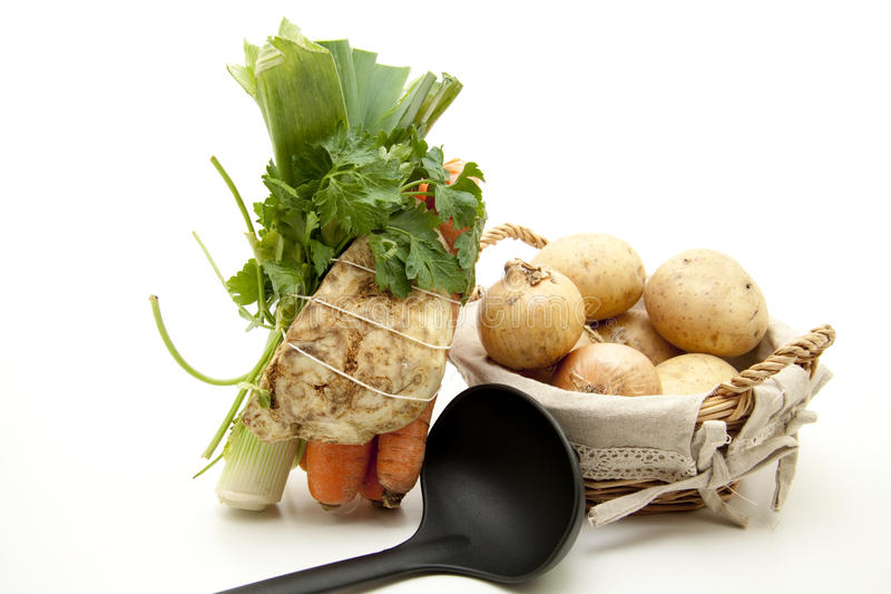 Verdure della minestra con la siviera immagini stock