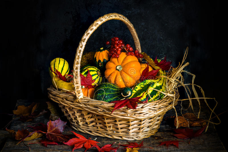 Verdure di autunno in un canestro fotografie stock