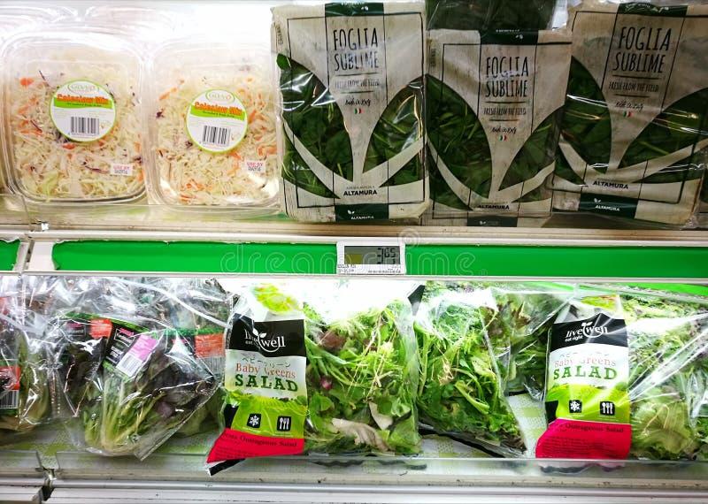 Verdure di insalata pre imballate nel supermercato immagine stock