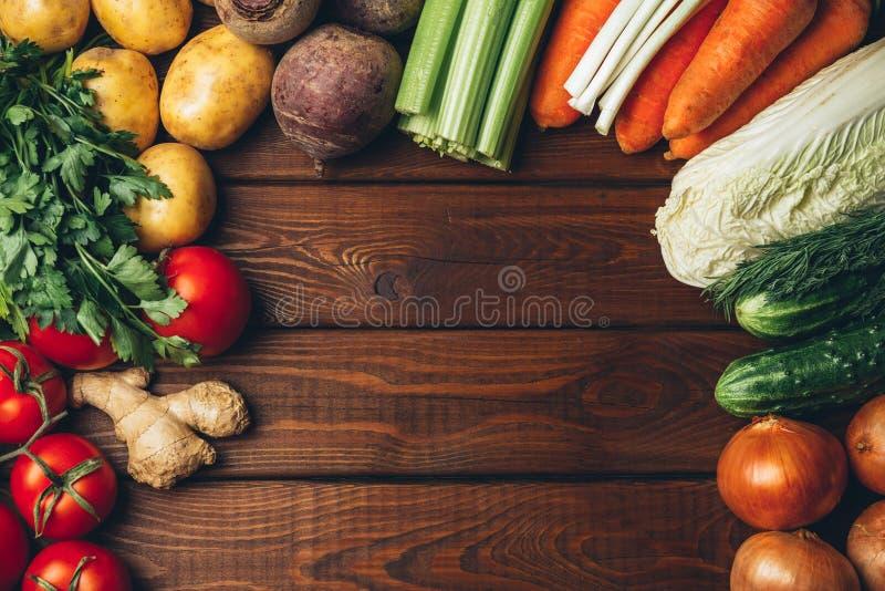 Verdure differenti sulla vecchia tavola di legno fotografia stock
