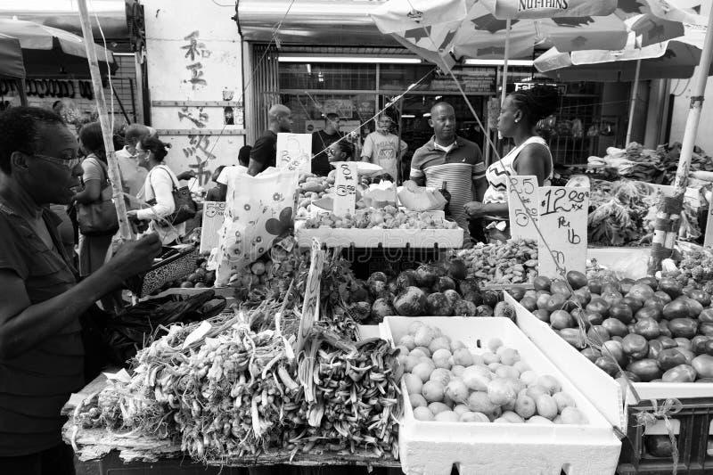 Verdure e frutta da vendere immagini stock libere da diritti