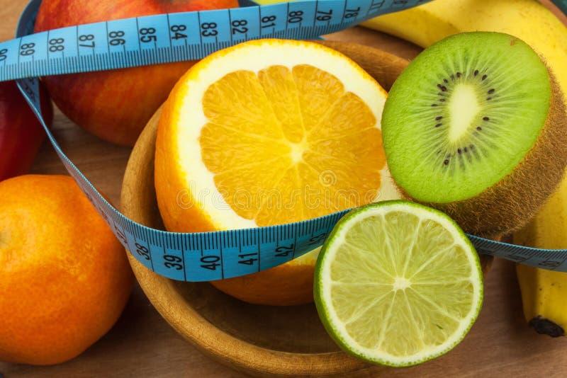 Verdure e frutta su una tavola di legno Stia il concetto a dieta Alimento sano dieta di alimento cruda Perdita di peso e dieta sa immagini stock