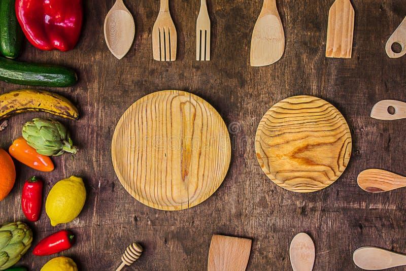 Verdure e frutta su una tavola rustica con i piatti di legno e la c immagini stock libere da diritti