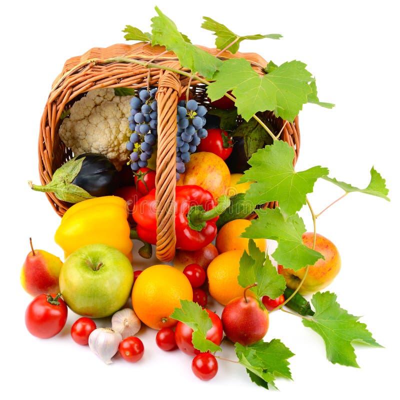 Verdure e frutta in un canestro isolato su bianco fotografia stock
